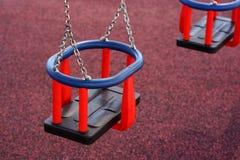 Ταλάντευση μωρών στο πάρκο Στοκ εικόνες με δικαίωμα ελεύθερης χρήσης