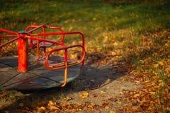 Ταλάντευση μωρών το φθινόπωρο στο πάρκο στον υγρό καιρό στοκ φωτογραφία με δικαίωμα ελεύθερης χρήσης