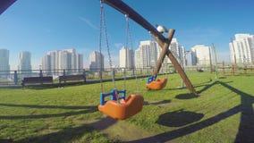 Ταλάντευση παιδικών χαρών σε ένα πάρκο στην Κωνσταντινούπολη Τουρκία απόθεμα βίντεο