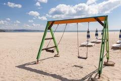 Ταλάντευση παιδικών χαρών στην παραλία Στοκ Εικόνα