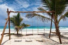 Ταλάντευση σε μια τροπική παραλία σε Tulum, Μεξικό στοκ φωτογραφία
