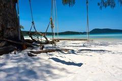 Ταλάντευση στην παραλία στη συμπαθητική ηλιόλουστη θερινή ημέρα Koh νησί Rong Sanloem, Saracen κόλπος Καμπότζη, Ασία στοκ φωτογραφία με δικαίωμα ελεύθερης χρήσης