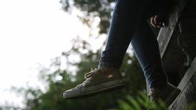 Ταλαντεμένος πόδια εφήβων απόθεμα βίντεο