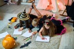 Ταλαντούχα παιδιά που σύρουν τις εικόνες αποκριών Στοκ Φωτογραφία
