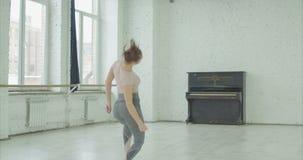 Ταλαντούχος χορευτής που εκτελεί το σύγχρονο χορό στο στούντιο απόθεμα βίντεο