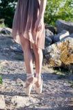 Ταλαντούχο ballerina με τα παπούτσια pointe στην παραλία στο ηλιοβασίλεμα στοκ φωτογραφίες με δικαίωμα ελεύθερης χρήσης