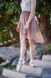 Ταλαντούχο ballerina με τα παπούτσια pointe στην παραλία στο ηλιοβασίλεμα στοκ φωτογραφίες