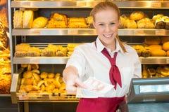 Ταμίας στο αρτοποιείο που δίνει τα χρήματα στον πελάτη Στοκ Εικόνα