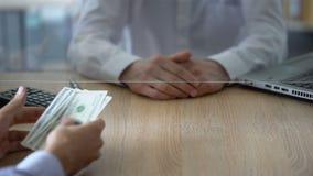 Ταμίας τράπεζας που αρνείται να αλλάξει τα τραπεζογραμμάτια δολαρίων, περιορισμοί ανταλλαγής νομίσματος απόθεμα βίντεο