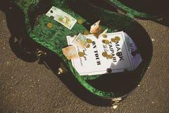 ΤΑΜΕΣΗΣ - 17 ΑΥΓΟΎΣΤΟΥ: Κιβώτιο κιθάρων που ανήκει στο τοπικό σημάδι μουσικών Στοκ Φωτογραφία