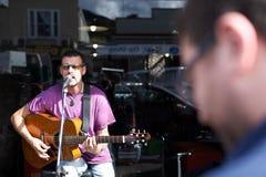 ΤΑΜΕΣΗΣ - 17 ΑΥΓΟΎΣΤΟΥ: Τοπικά παιχνίδια Mark Taipari μουσικών στο Tha Στοκ εικόνα με δικαίωμα ελεύθερης χρήσης