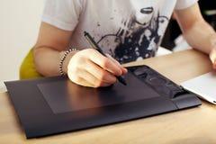 ταμπλέτα γραφικής παράστασης touchpad που χρησιμοποιεί Στοκ Εικόνες