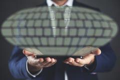 Ταμπλέτα εκμετάλλευσης ατόμων με το πληκτρολόγιο στην οθόνη στοκ φωτογραφία