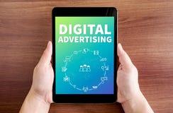 Ταμπλέτα εκμετάλλευσης δύο χεριών με την ψηφιακή διαφήμιση και εικονίδιο στο SCR στοκ εικόνα με δικαίωμα ελεύθερης χρήσης
