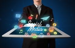 Ταμπλέτα εκμετάλλευσης επιχειρηματιών με την κοινωνική γραφική παράσταση μέσων Στοκ φωτογραφία με δικαίωμα ελεύθερης χρήσης