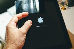 Ταμπλέτα εκμετάλλευσης φραγμών φόρτωσης λογότυπων υπολογιστών της Apple logotype Στοκ Φωτογραφίες