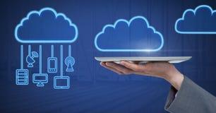 Ταμπλέτα εκμετάλλευσης χεριών με τα εικονίδια σύννεφων και τις κρεμώντας συσκευές σύνδεσης στοκ εικόνα με δικαίωμα ελεύθερης χρήσης