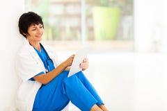 Ταμπλέτα εργαζομένων νοσοκομείων Στοκ εικόνα με δικαίωμα ελεύθερης χρήσης