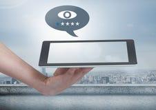 Ταμπλέτα και πόλη εκμετάλλευσης με τις εκτιμήσεις εικονιδίων στις φυσαλίδες συνομιλίας Στοκ εικόνα με δικαίωμα ελεύθερης χρήσης