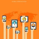 Ταμπλέτα και smartphone στα ανθρώπινα χέρια σφαιρικά περισσότερο τα μου στοών έννοιας επικοινωνίας βλέπουν chatting απεικόνιση αποθεμάτων