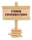 ταμπλέτα κατασκευής κάτω από ξύλινο Στοκ Φωτογραφία