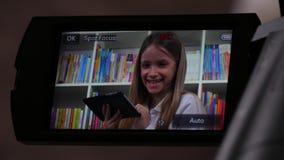 Ταμπλέτα παιχνιδιού παιδιών, μαγνητοσκόπηση πατέρων, πυροβολώντας κορίτσι, βιντεοκάμερα, Camcorder 4K απόθεμα βίντεο