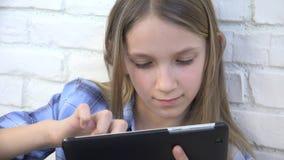 Ταμπλέτα παιχνιδιού παιδιών, παιδί Smartphone, μηνύματα ανάγνωσης κοριτσιών που κοιτάζει βιαστικά Διαδίκτυο απόθεμα βίντεο