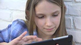 Ταμπλέτα παιχνιδιού παιδιών, smartphone παιδιών, μηνύματα ανάγνωσης κοριτσιών που κοιτάζει βιαστικά Διαδίκτυο φιλμ μικρού μήκους