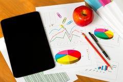 Ταμπλέτα, στυλός, μολύβι, φύλλα του εγγράφου με τους απολογισμούς και διαγράμματα, Α Στοκ Εικόνα