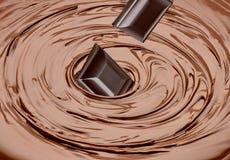 Ταμπλέτες σοκολάτας στη στροβιλισμένη λειωμένη σοκολάτα στοκ εικόνες με δικαίωμα ελεύθερης χρήσης