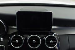 Ταμπλό αυτοκινήτων με τα πολυμέσα οθόνης στοκ εικόνες
