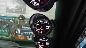 Ταμπλό αυτοκινήτων στο υπόβαθρο των εργαλείων μέσα στην άποψη απόθεμα βίντεο