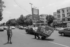 Ταμπρίζ, Ιράν - 10 Ιουλίου 2017: Οδός του Ιράν με έναν μεταφορέα στη μέση του δρόμου με τα αυτοκίνητα γύρω Τύπος που παραδίδει ca στοκ εικόνες με δικαίωμα ελεύθερης χρήσης
