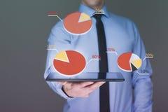 Ταμπλέτα λαβής επιχειρηματιών με τη γραφική παράσταση στην υψηλή τεχνολογία Στοκ Εικόνες