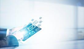 Ταμπλέτα εκμετάλλευσης ατόμων με τα ηλεκτρονικά ταχυδρομεία Στοκ Εικόνες