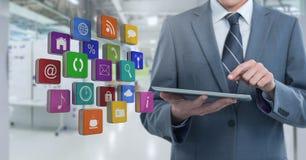Ταμπλέτα εκμετάλλευσης επιχειρηματιών με τα apps στο μακροχρόνιο διάστημα δωματίων Στοκ Φωτογραφία