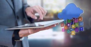 Ταμπλέτα εκμετάλλευσης επιχειρηματιών στην αρχή με τα apps Στοκ φωτογραφία με δικαίωμα ελεύθερης χρήσης