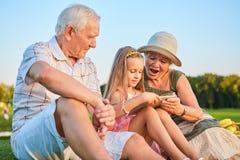 Ταμπλέτα εκμετάλλευσης κοριτσιών, παππούδες και γιαγιάδες Στοκ εικόνες με δικαίωμα ελεύθερης χρήσης
