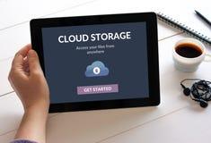 Ταμπλέτα εκμετάλλευσης χεριών με app αποθήκευσης σύννεφων την έννοια στην οθόνη Στοκ φωτογραφίες με δικαίωμα ελεύθερης χρήσης