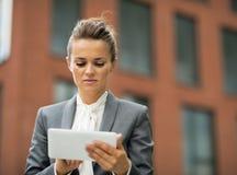ταμπλέτα επιχειρησιακού PC που χρησιμοποιεί τη γυναίκα Στοκ εικόνα με δικαίωμα ελεύθερης χρήσης