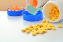 Ταμπλέτα ιατρικής και ανοικτό μπουκάλι της ιατρικής Στοκ εικόνα με δικαίωμα ελεύθερης χρήσης