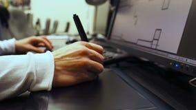 Ταμπλέτα 34 Κλείστε επάνω του χεριού ενός γραφικού σχεδιαστή που κρατά ηλεκτρονικό stylus και ανοικτό ένα σχέδιο στο όργανο ελέγχ απόθεμα βίντεο