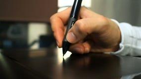 Ταμπλέτα 21 Κλείστε επάνω του χεριού ενός γραφικού χτυπώντας κουμπιού σχεδιαστών ηλεκτρονικό stylus όπως το σωστό κουμπί του ποντ φιλμ μικρού μήκους