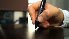 Ταμπλέτα 20 Κλείστε επάνω του χεριού ενός γραφικού χτυπώντας κουμπιού σχεδιαστών ηλεκτρονικό stylus όπως το μέσο κουμπί του ποντι φιλμ μικρού μήκους