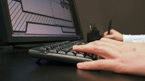 Ταμπλέτα 31 Κλείστε επάνω του χεριού ενός σχεδίου έκδοσης μηχανικών στο σύστημα CAD, υπογεγραμμένη διάσταση στο όργανο ελέγχου LC απόθεμα βίντεο