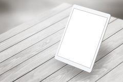 Ταμπλέτα με την άσπρη οθόνη στο ξύλινο γραφείο Isometric όψη Στοκ εικόνες με δικαίωμα ελεύθερης χρήσης