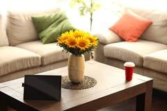 Ταμπλέτα στην επιτραπέζια κορυφή με τα λουλούδια και τον καφέ Στοκ Φωτογραφία