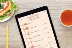 Ταμπλέτα υπολογιστών με app την ακολουθώντας οθόνη πακέτων στον ξύλινο πίνακα Στοκ φωτογραφίες με δικαίωμα ελεύθερης χρήσης