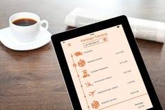 Ταμπλέτα υπολογιστών με app το ακολουθώντας πακέτο παράδοσης στον πίνακα Στοκ Φωτογραφίες