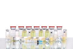 Ταμπλέτες και κάψες για τα ιατρικά φιαλίδια Στοκ Εικόνες